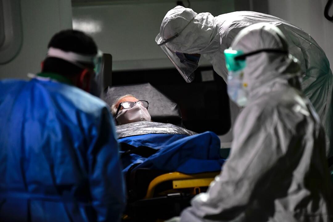 Un anciano con síntomas de Covid-19 es trasladado del hogar de ancianos Carpe Diem a un hospital en Buenos Aires, Argentina, el 7 de mayo de 2020.