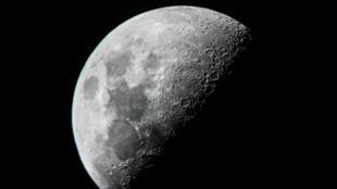 القمر في صورة ملتقطة من القمر من ماندالاي في ميانمار، 10 يونيو/ حزيران 2019
