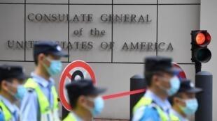 عناصر شرطة يمرون من أمام القنصلية الأميركية في شينغدو في جنوب غرب الصين بتاريخ 26 تموز/يوليو 2020
