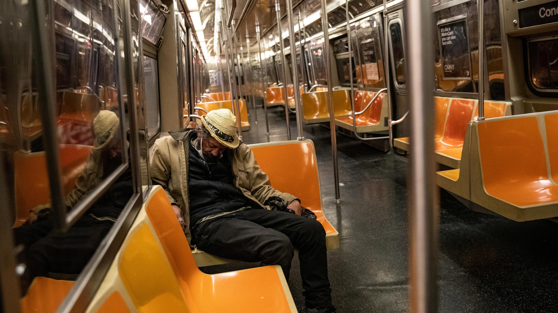 Un pasajero duerme dentro de un vagón de metro MTA, durante el brote de COVID-19 en la ciudad de Nueva York, EE.UU., 6 de mayo de 2020