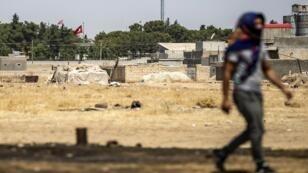 كردي سوري يمشي أثناء مظاهرة ضد تركيا، في محافظة الحسكة السورية بالقرب من الحدود التركية،  9 أغسطس آب 2019