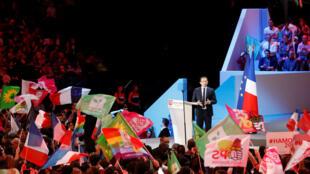 Le candidat du Parti socialiste Benoît Hamon était en meeting dimanche 19 mars 2017, à Bercy.