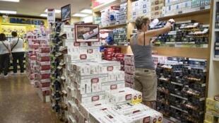 Una clienta compra cigarrillos en un supermercado de la localidad de Pas de la Casa, el 27 de julio de 2017 en Andorra
