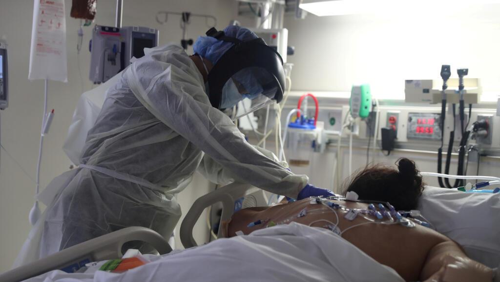Un paciente es tratado de Covid-19 en la unidad de cuidados intensivos de Scripps Mercy Hospital en California, Estados Unidos, el 12 de mayo de 2020.