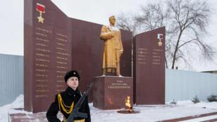 Muro conmemorativo con Anatoli Chepiga como el último nombre de la lista de condecorados con la Estrella de Oro, emplazado en la Academia de Comando Militar del Lejano Oriente en Blagoveshensk, el 11 de febrero de 2015.