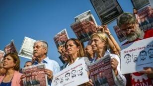 """محتجون يرفعون لافتات تقول """"الحرية للصحافيين"""" وأعدادا من صحيفة جمهورييت التركية المعارضة، تزامنا مع استئناف محاكمة 17 من موظفيها في سيليفري بضاحية إسطنبول، 11 أيلول/سبتمبر 2017"""