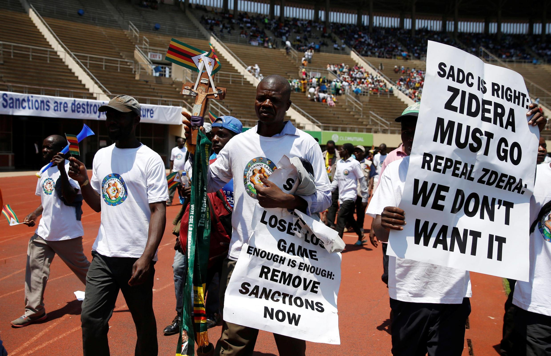 Des milliers de Zimbabwéens ont manifesté contre les sanctions imposées par les Occidentaux, à Harare, le 25 octobre 2019.