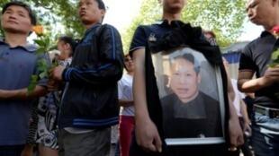 """متظاهرون يحملون صورة الخياط الصيني الذي قتل في جريمة """"عنصرية"""" في آب/ أغسطس 2016"""