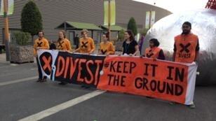 Des militants favorables au désinvestissement des énergies fossiles à la COP21