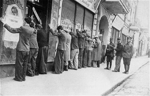 Une arrestation de juifs dans les rues de Iași, le 29 juin 1941.