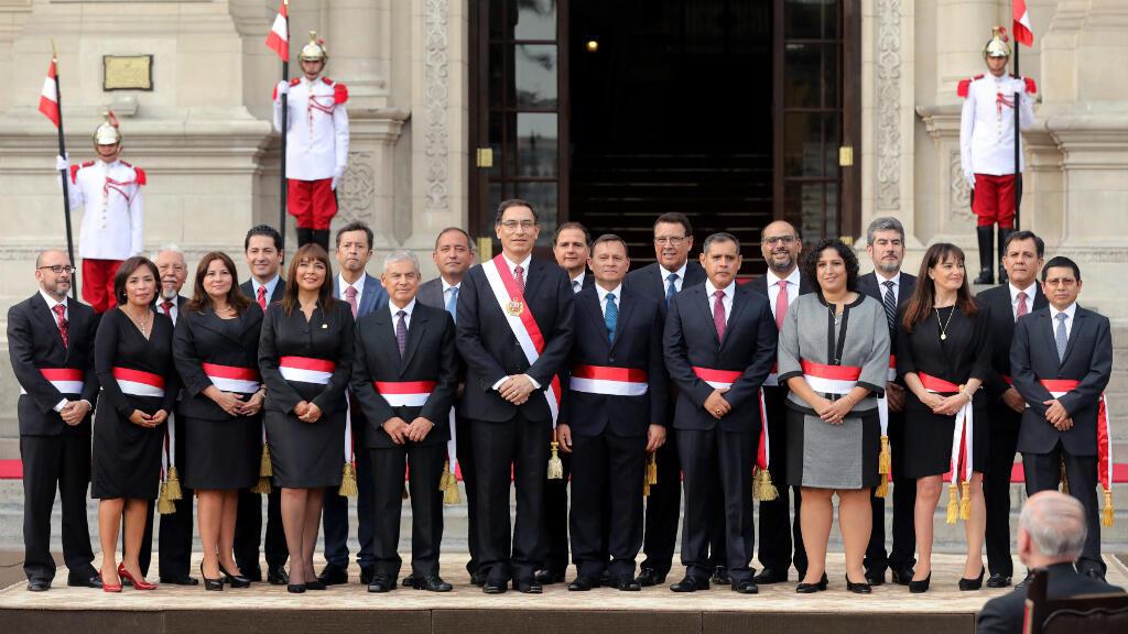 El nuevo presidente peruano, Martín Vizcarra, posó junto a sus nuevos ministros en el patio central de la Casa de Pizarro, el 2 de abril de 2018.