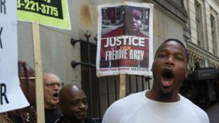Des manifestants protestent après l'acquittement d'un policier dans l'affaire Freddie Gray, le 23 mai.