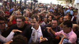 El líder opositor de Venezuela, Juan Guaidó, a quien muchas naciones han reconocido como el legítimo gobernante interino del país, llega al aeropuerto internacional Simón Bolívar de Maiquetía, Venezuela, el 11 de febrero de 2020