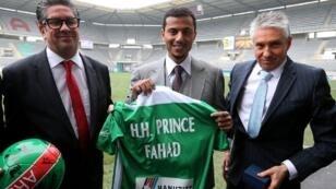 الأمير فهد بن فيصل بن عبد العزيز مع مسؤولي الفريق في 2016