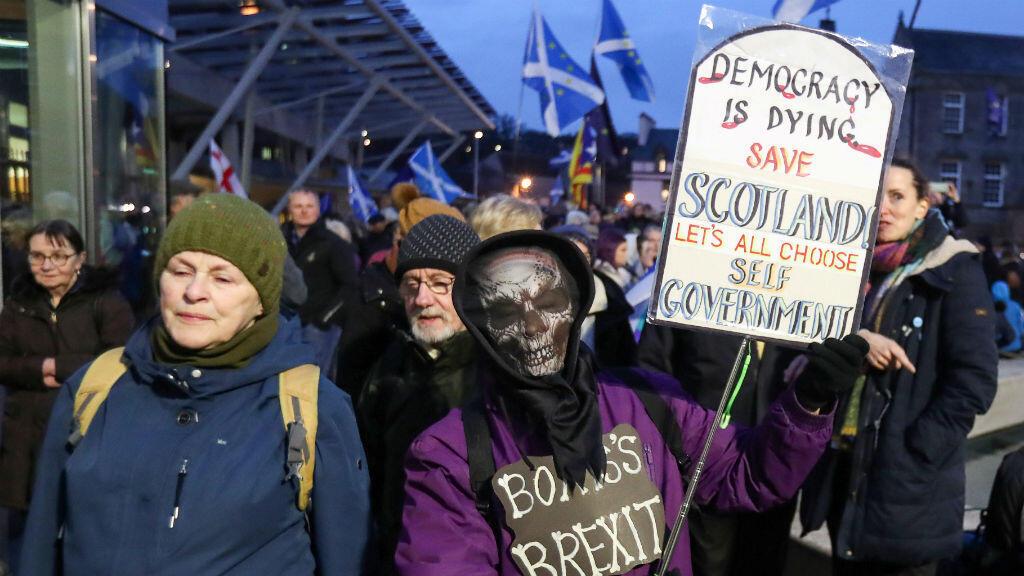 Los manifestantes contra el Brexit sostienen pancartas frente al parlamento escocés, en Edimburgo, Escocia, Gran Bretaña, el 31 de enero de 2020.