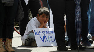 Amigos y compañeros de trabajo de los periodistas secuestrados en la zona fronteriza con Colombia, protestan hoy, lunes 2 de abril del 2018, en el tradicional cambio de guardia militar, en el Palacio de Gobierno, en Quito (Ecuador), tras cumplirse una semana de la desaparición el pasado 26 de marzo.