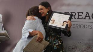 Griselda Triana, viuda del periodista asesinado Javier Valdez, entrega el Premio Breach-Valdez de Periodismo y Derechos Humanos a la periodista Alejandra Guillén durante el Día Mundial de la Libertad de Prensa, en la Casa de Francia en Ciudad de México, México, el 3 de mayo de 2019.
