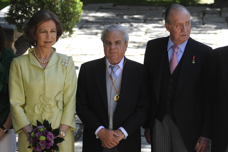 L'écrivain espagnol Juan Marsé (centre), entouré du roi Juan Carlos Ier et de son épouse la reine Sophia, le 23 avril 2009.
