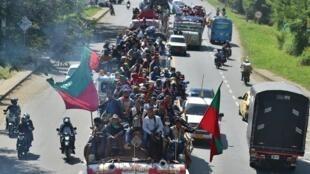 Indígenas colombianos se movilizan por la carretera panamericana en Jamundi hacia la ciudad de Cali para exigir al gobierno que detenga la ola de violencia en los territorios donde se asientan los pueblos originarios