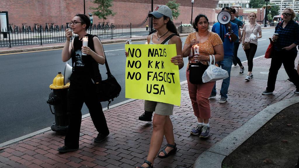 Un petit groupe de manifestants réunis devant un mémorial de l'Holocauste à Boston le 18 août 2017, à la veille d'un rassemblement controversé d'extrême droite.
