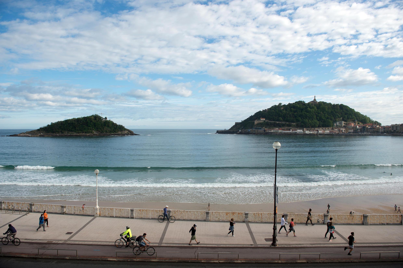 Personas hacen ejercicio en la playa de La Concha en San Sebastián, España, el 2 de mayo de 2020.