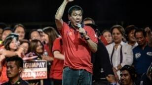 Le populiste Rodrigo Duterte,  favori de la présidentielle aux Phillippines, lors de son dernier meeting de campagne à Manille, le 7 mai 2016.