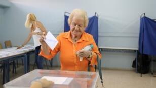 Una mujer se prepara para votar en las elecciones generales en Atenas, Grecia, el 7 de julio de 2019.