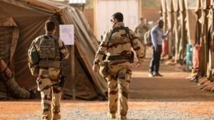 Deux militaires membres de l'opération Barkhane, à Niamey, le 22 décembre 2017.