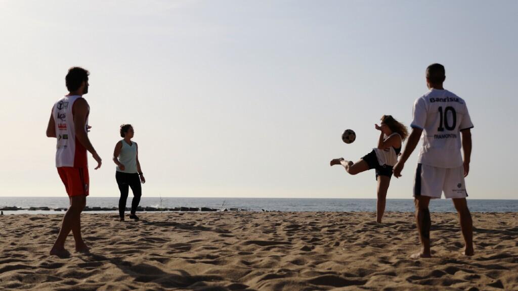 Un grupo de jóvenes juega en la playa de Barcelona, España, el primer día de reapertura de estos espacios el 8 de mayo de 2020.