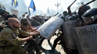 Des manifestants affrontent la police devant le Parlement ukrainien, le 31 août 2015.