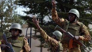 Le Mali entament trois jours de deuil après l'attaque de l'hôtel Radisson de Bamako, revendiquée par deux groupes jihadistes distincts.