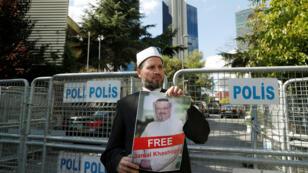 متظاهر يحمل صورة خاشقجي أمام القنصلية السعودية في إسطنبول، في 25 تشرين الأول/ أكتوبر 2018