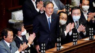 El nuevo primer ministro de Japón, Yoshihide Suga, se levanta después de su elección en el Parlamento en Tokio el 16 de septiembre de 2020.