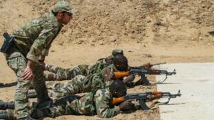 Un instructeur des Forces spéciales américaines observe les exercices de tir de soldats nigériens.