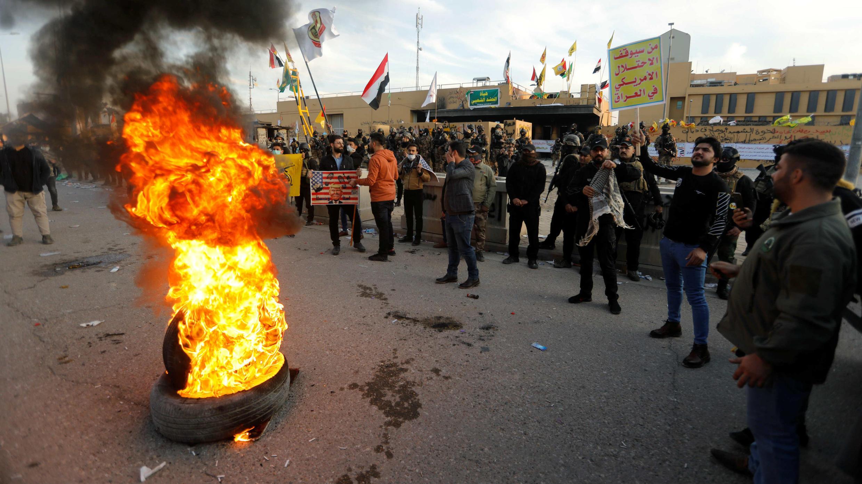 Des manifestants et membres des milices chiites devant l'ambassade américaine à Bagdad le 1er janvier 2020.