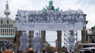 Instalación fotográfica del artista francés JR en la puerta de Brandenburgo, en Berlín, para la celebración del Día de la Unidad Alemana. 3 de octubre de 2018.