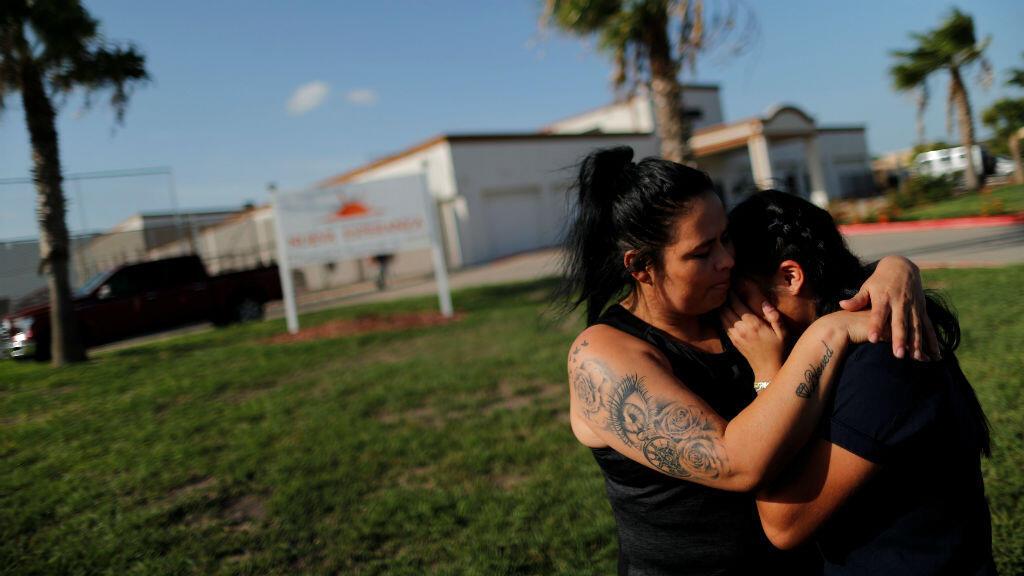 Un par de migrantes en un refugio días después de haber sido separadas en la frontera entre México y Estados Unidos.