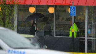 La policía del condado de Metro Davidson inspecciona la escena del tiroteo en un restaurante de Waffle House cerca de Nashville, Tennessee, EE. UU., el 22 de abril de 2018.