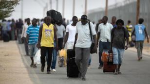 Des centaines de clandestins quittent le centre de rétention de Holot sans savoir où aller, le 25 août 2015.