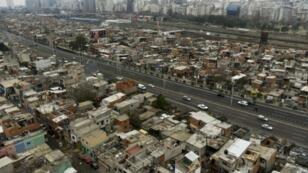 Vista de la Villa 31, con el barrio exclusivo de Recoleta de fondo en Buenos Aires el 22 de junio de 2017