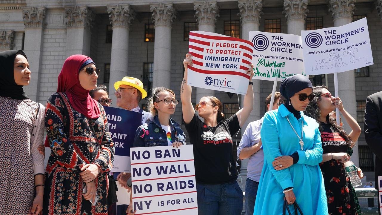 مظاهرة ضد قرار قضائي يبقي الحظر المفروض على الوافدين إلى الولايات المتحدة من دول إسلامية في نيويورك في 26 يونيو/حزيران 2018.