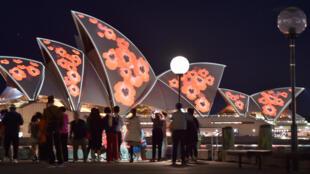 La Casa de la Ópera está iluminada con amapolas que marcan el centenario del fin de la Primera Guerra Mundial en Sydney, el 11 de noviembre de 2018.