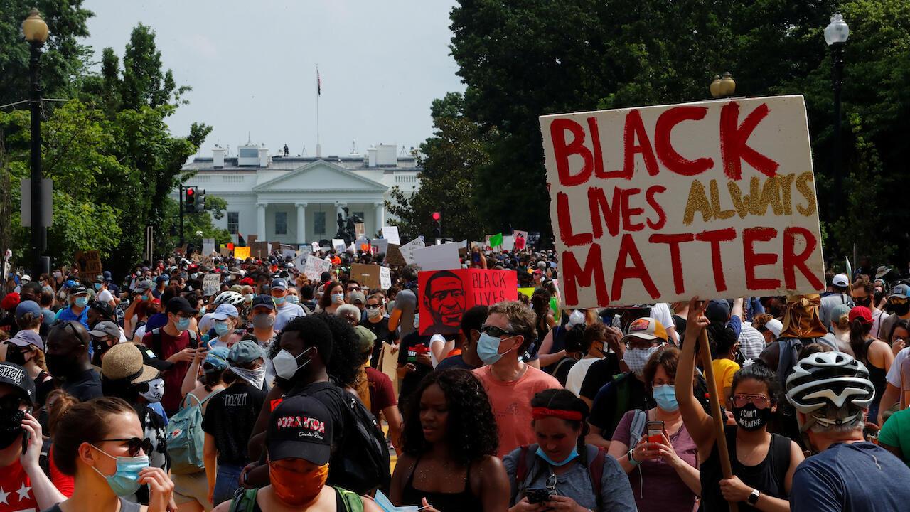 Los manifestantes se reúnen frente a la Casa Blanca durante una protesta contra la desigualdad racial después de la muerte en custodia policial de George Floyd en Minneapolis. Washington, DC, EE. UU., el 6 de junio de 2020.