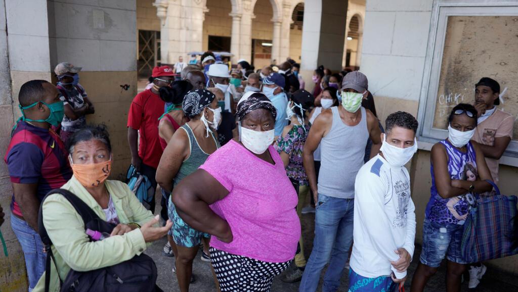 Esta es una de las filas en las que las personas esperan a que las tiendas de La Habana, Cuba, abran para poder abastecerse de comida, durante la pandemia de Covid-19. Fotografía del 3 de abril de 2020.