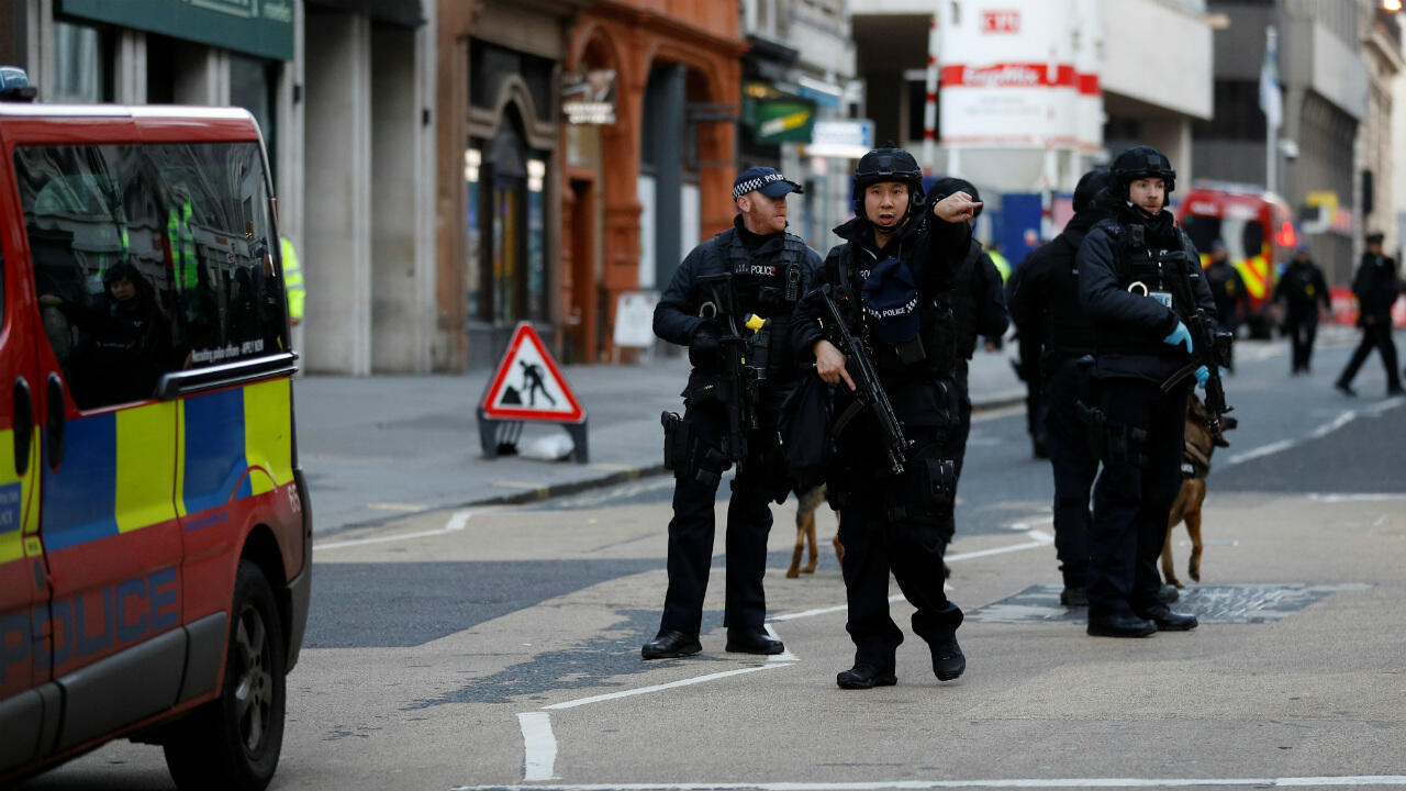عناصر من الشرطة البريطانية في لندن بعد عملية طعن. 29 نوفمبر/تشرين الثاني 2019.