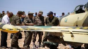 ضباط الجيش التونسي في 22 يوليو 2019 وهم يتفقدون طائرة حربية من طراز L-39 الباتروس تابعة لقوات حفتر بعد هبوطها اضطراريا في مدنين على بعد حوالى 120 كم جنوب شرق تونس على الحدود الليبية.