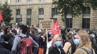 صورة لتجمع في باريس ترحما على روح جروج فلويد