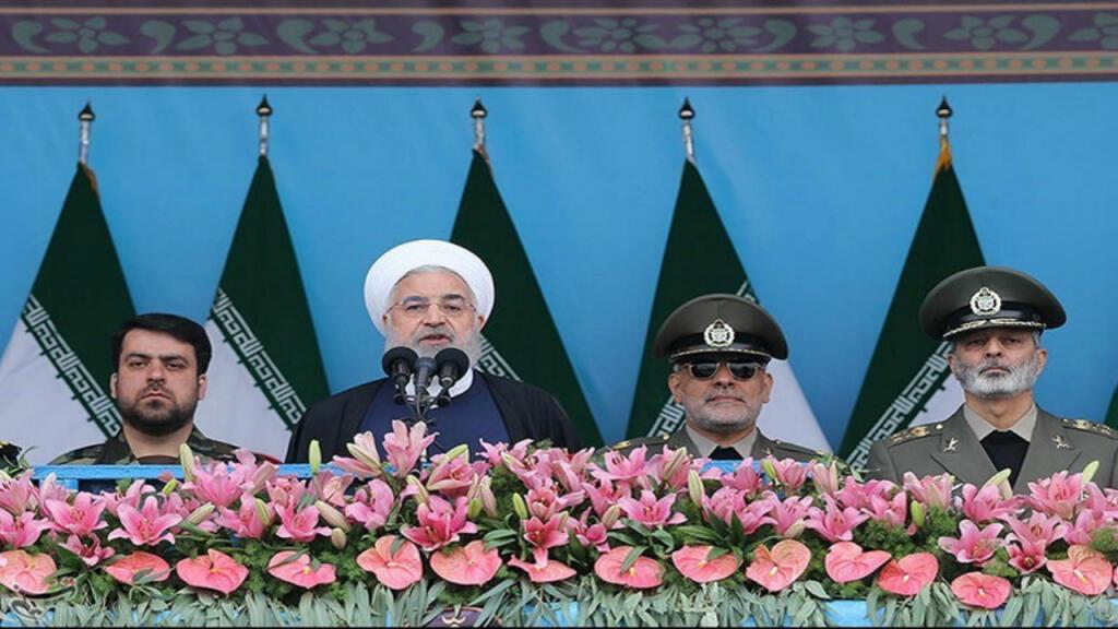 Hasan Rohaní, presidente de Irán, pronuncia un discurso durante la ceremonia del desfile del Día Nacional del Ejército