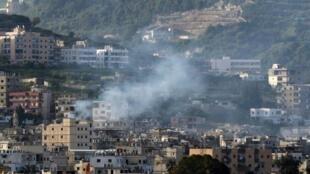 تصاعد الدخان جراء الاشتباكات في مخيم عين الحلوة في 8 نيسان/أبريل 2017