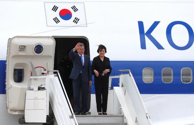 El presidente de Corea del Sur, Moon Jae-in y su esposa Kim Jung-sook llegan antes de la cumbre de líderes del G20 en Buenos Aires, Argentina, 29 de noviembre de 2018.